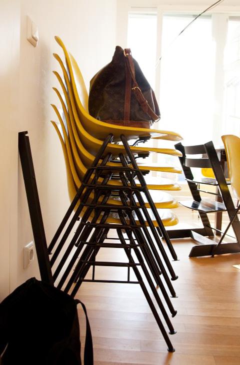 "Eames Plastic Side Chair"" ist ein stapelbarer Designklassiker."