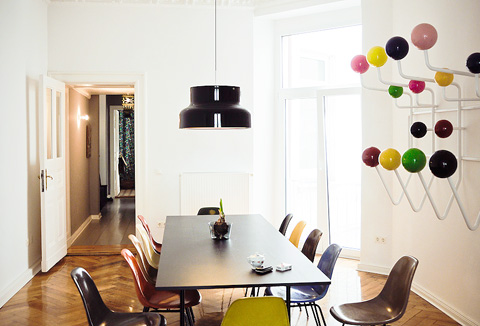 Stylepark original Eames Plastic Chair Chairs around a table