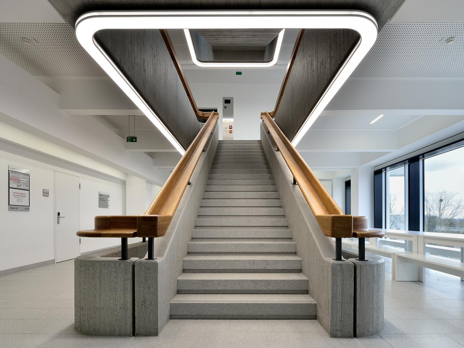 ado lights setzt die betontreppen an der uni d sseldorf in. Black Bedroom Furniture Sets. Home Design Ideas