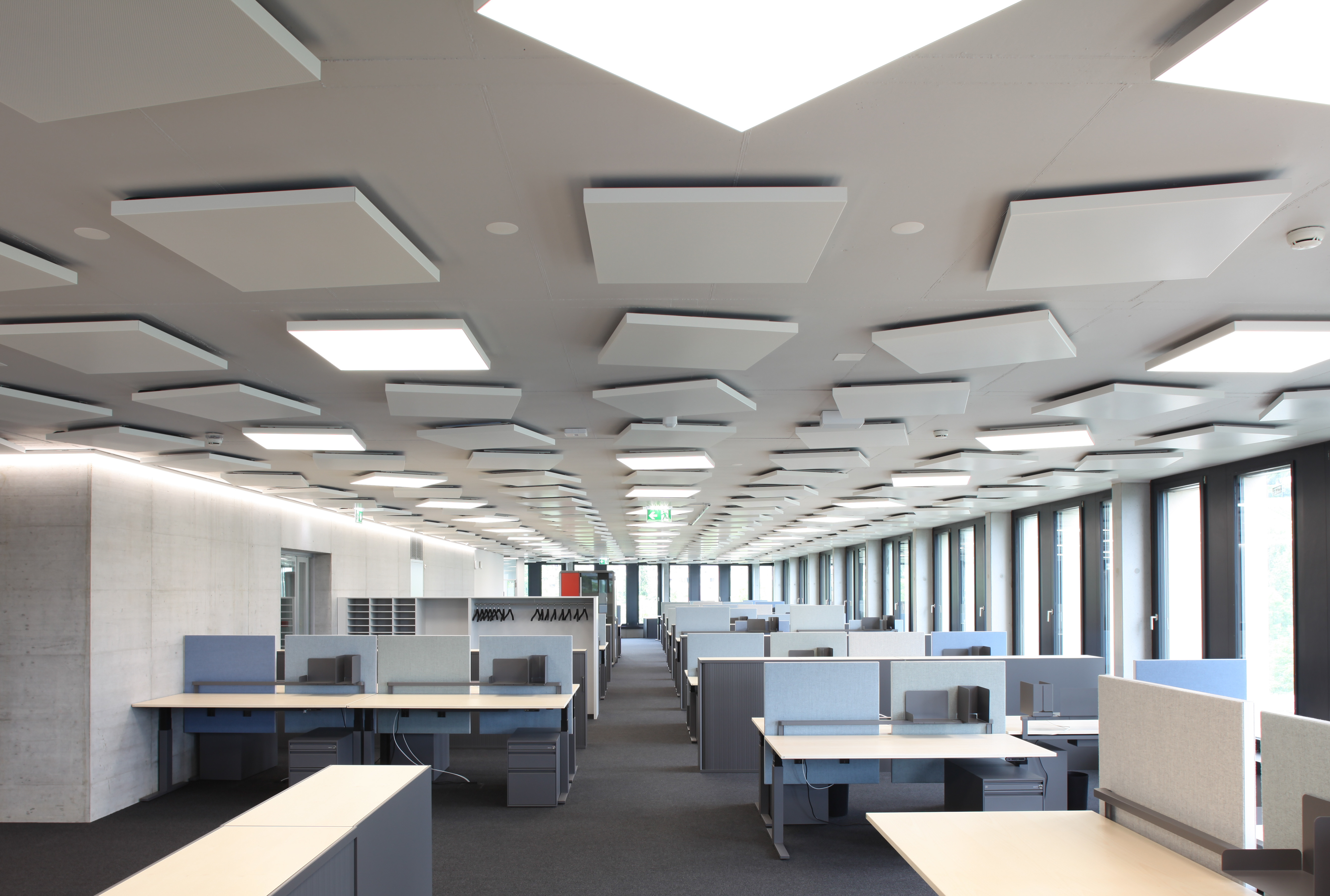 In the offices, the square Lumeo-Q illuminated surfaces ensure even  illumination and a pleasant ambient climate thanks to its thermal  conductivity.