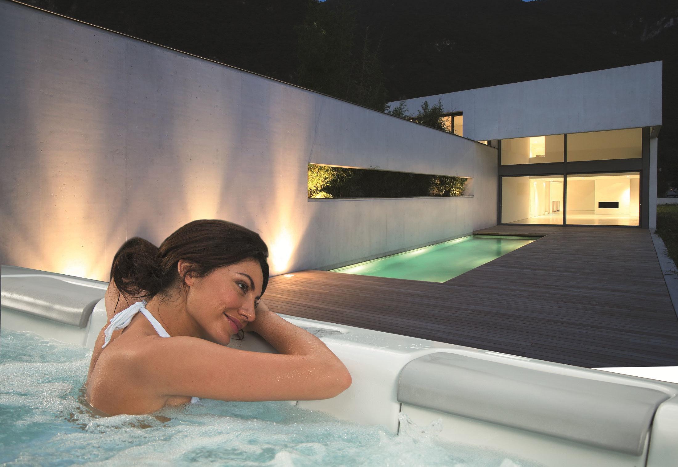 красивый массаж в бассейне - 12