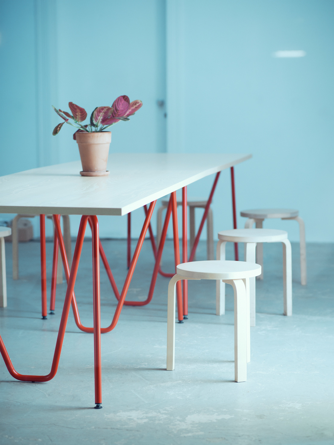 L z from berlin creates office furniture with an original for Tischbock design