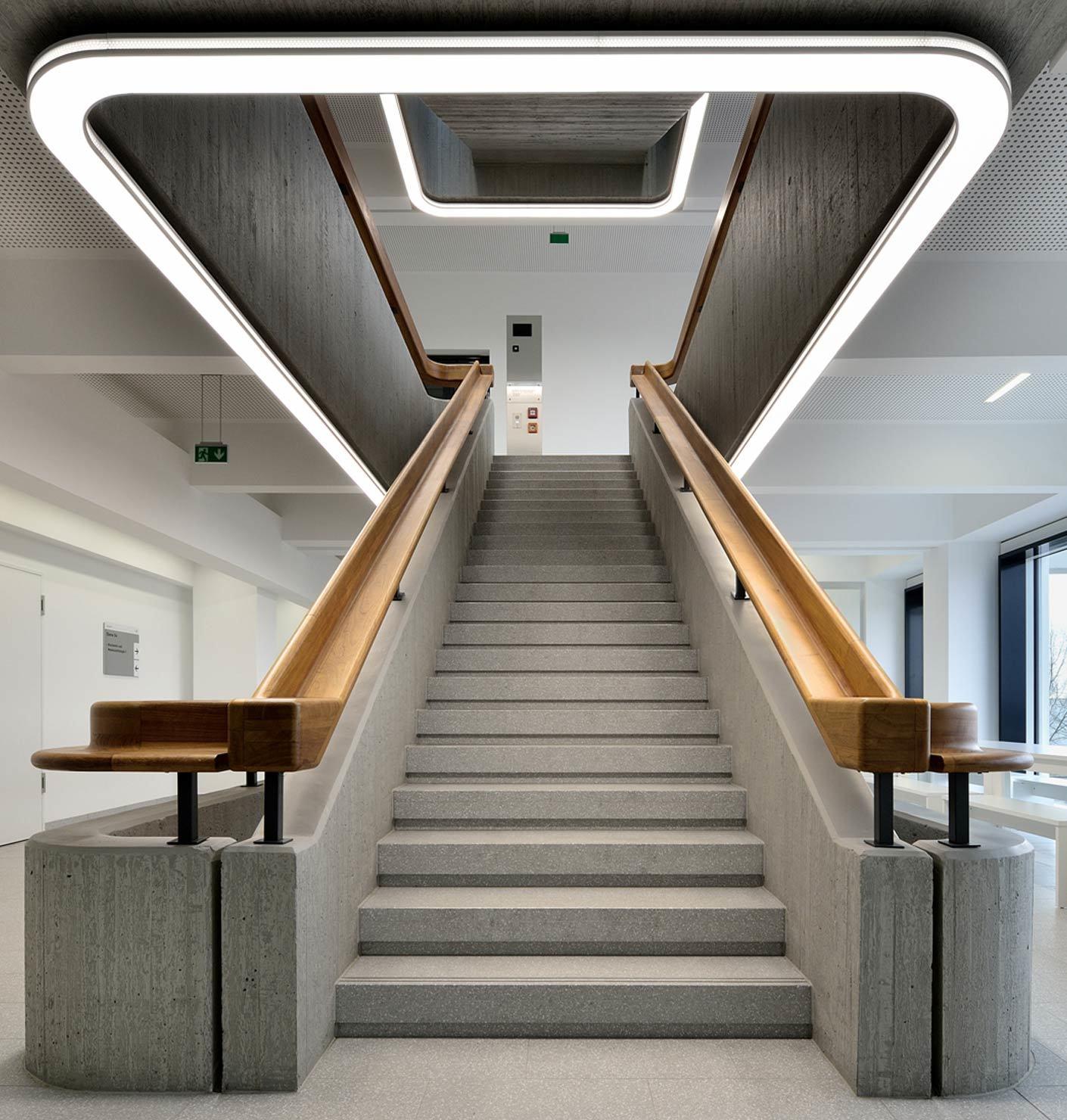 Ado Lights Setzt Die Betontreppen An Der Uni Dusseldorf In Szene