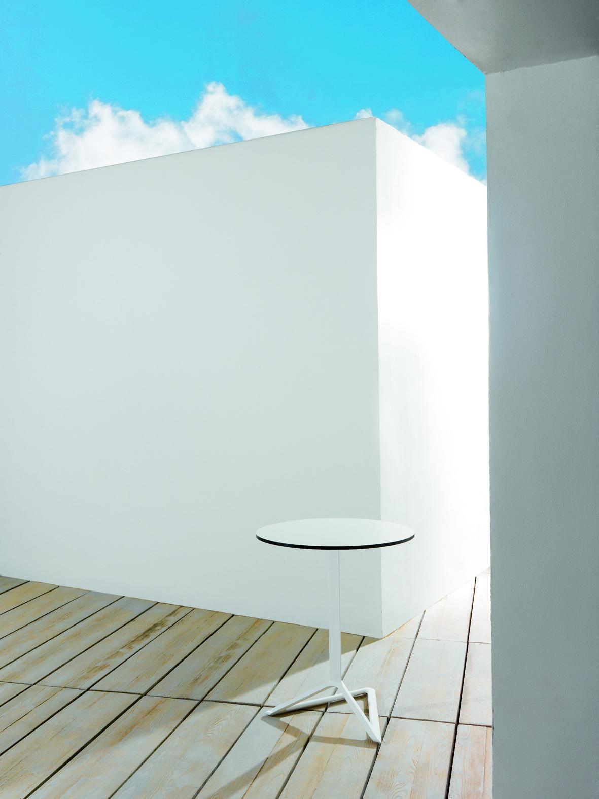 delta tisch mit glasplatte von vondom stylepark. Black Bedroom Furniture Sets. Home Design Ideas
