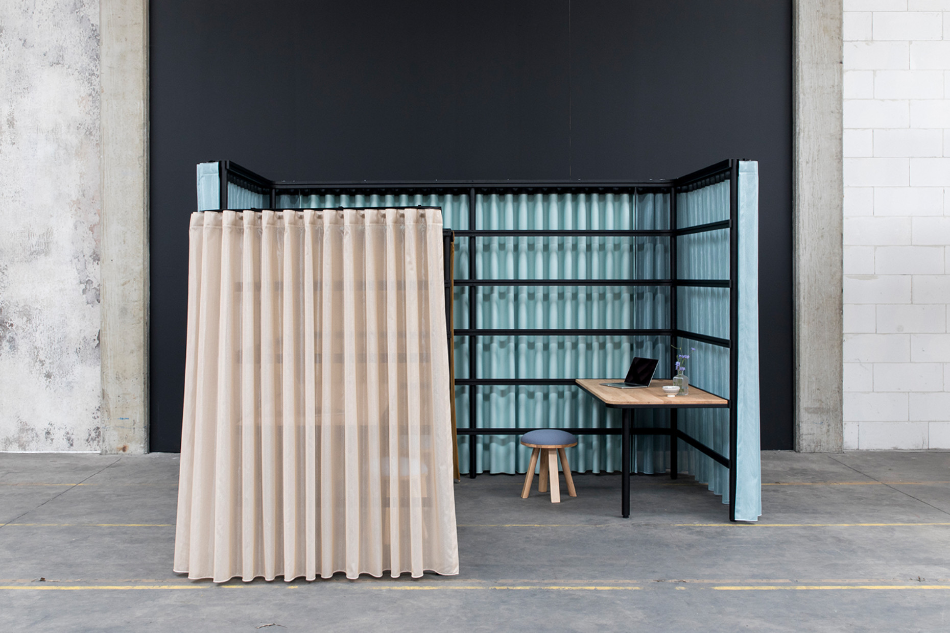 Opinions are divided on the BuzziBracks by Alain Gilles for BuzziSpace: extraordinary room divider or prison cell with fabric hangings? Decide for yourself.