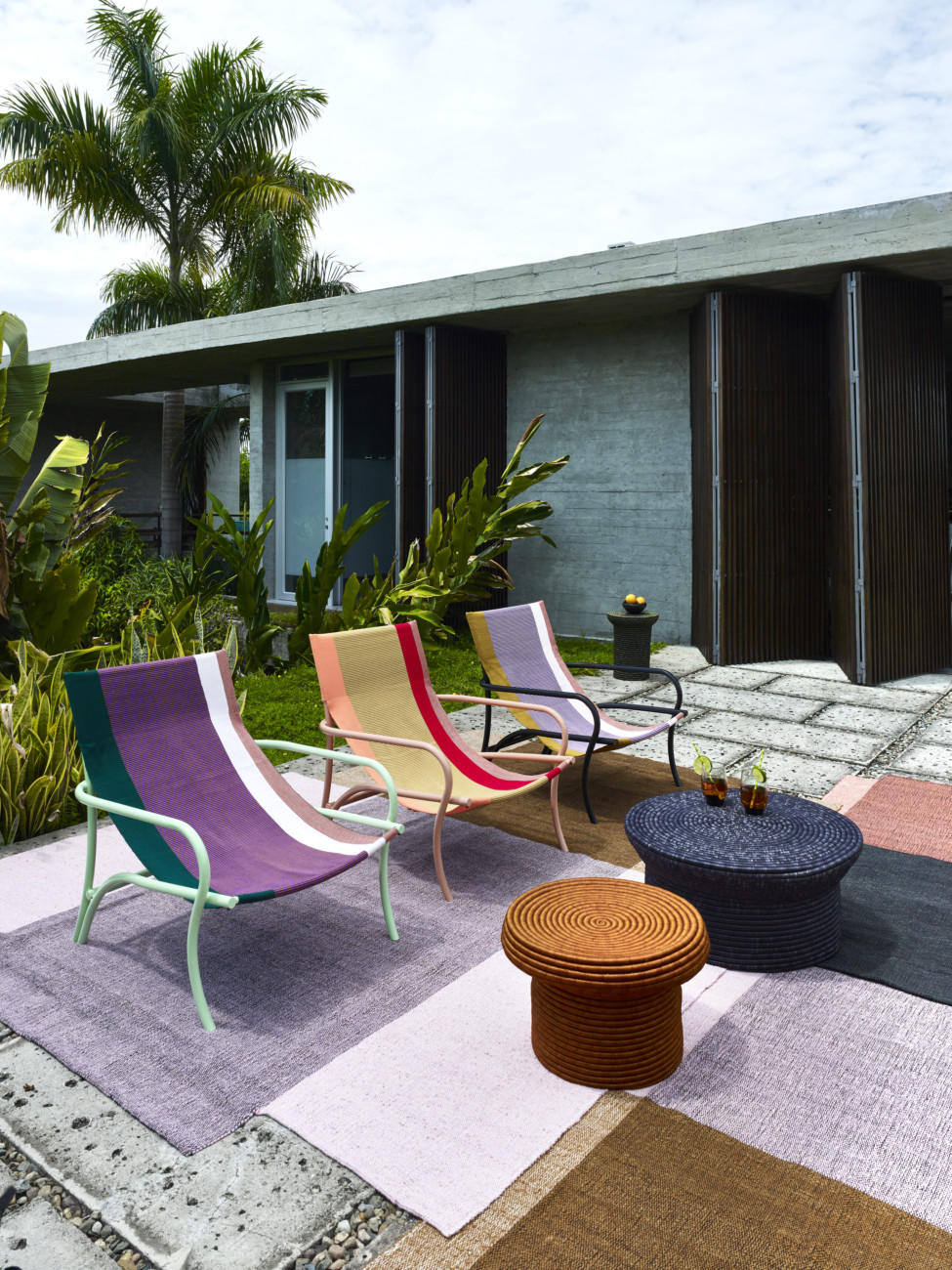 Well proportioned outdoor lounge chair, which the flowing lines of the metal frame lend elegance. The material and colour of the covers convey an uncomplicated cheerfulness.
