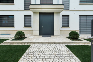 Room-high front doors  by  ComTür