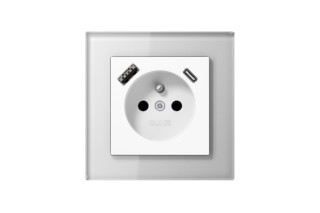 USB-A/C插座在法国/比利时系统白色与玻璃框架by  JUNG