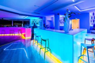 Hotel THB Ocean Ibiza 4102. Extreme Light, 1100. Snow White  von  KRION
