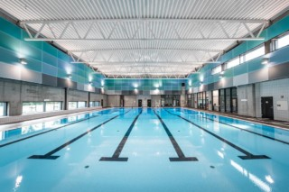 Wandverkleidung aus Lochblechen zur Geräuschpegelreduzierung, Schwimmhalle in Hundvåg  von  RMIG
