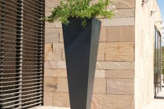 Kalys planter  by  CYRIA