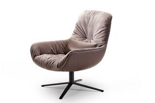 Leya Lounge Chair mit Fußkreuzgestell  von  Freifrau