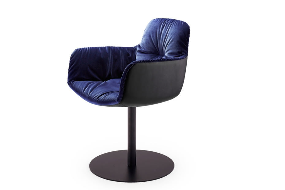 Leya armchair high with central leg