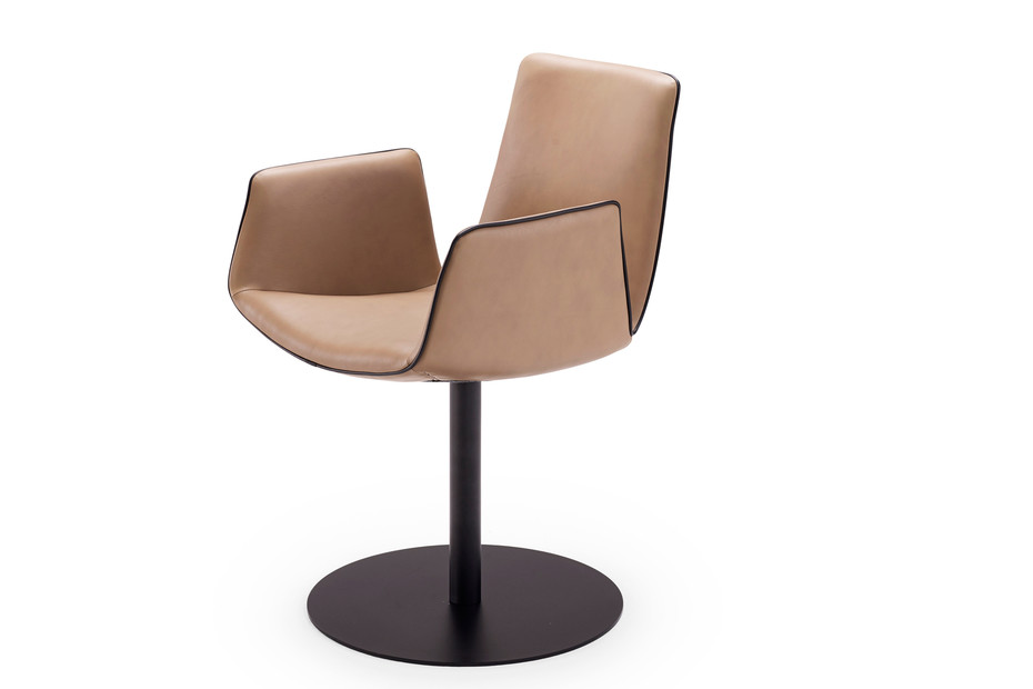 Amelie armchair with central leg