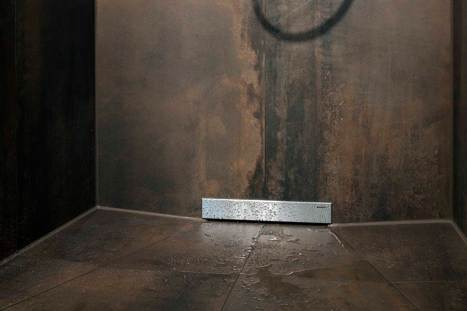 Floor-even wall drain for showers