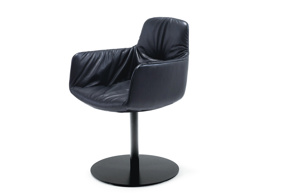 Leya armchair high with central leg