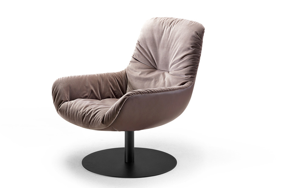 Leya lounge chair with central leg