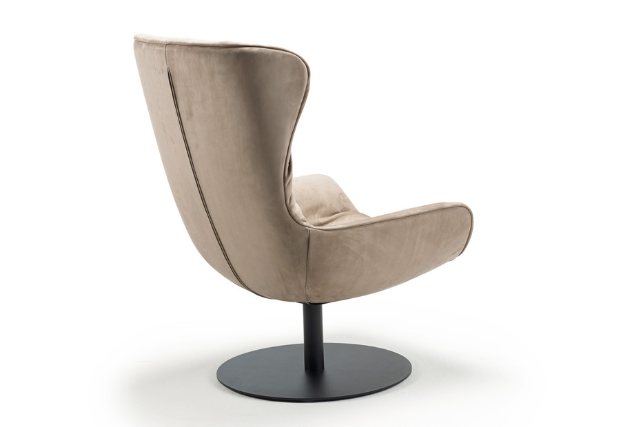 Leya wingback chair with central leg