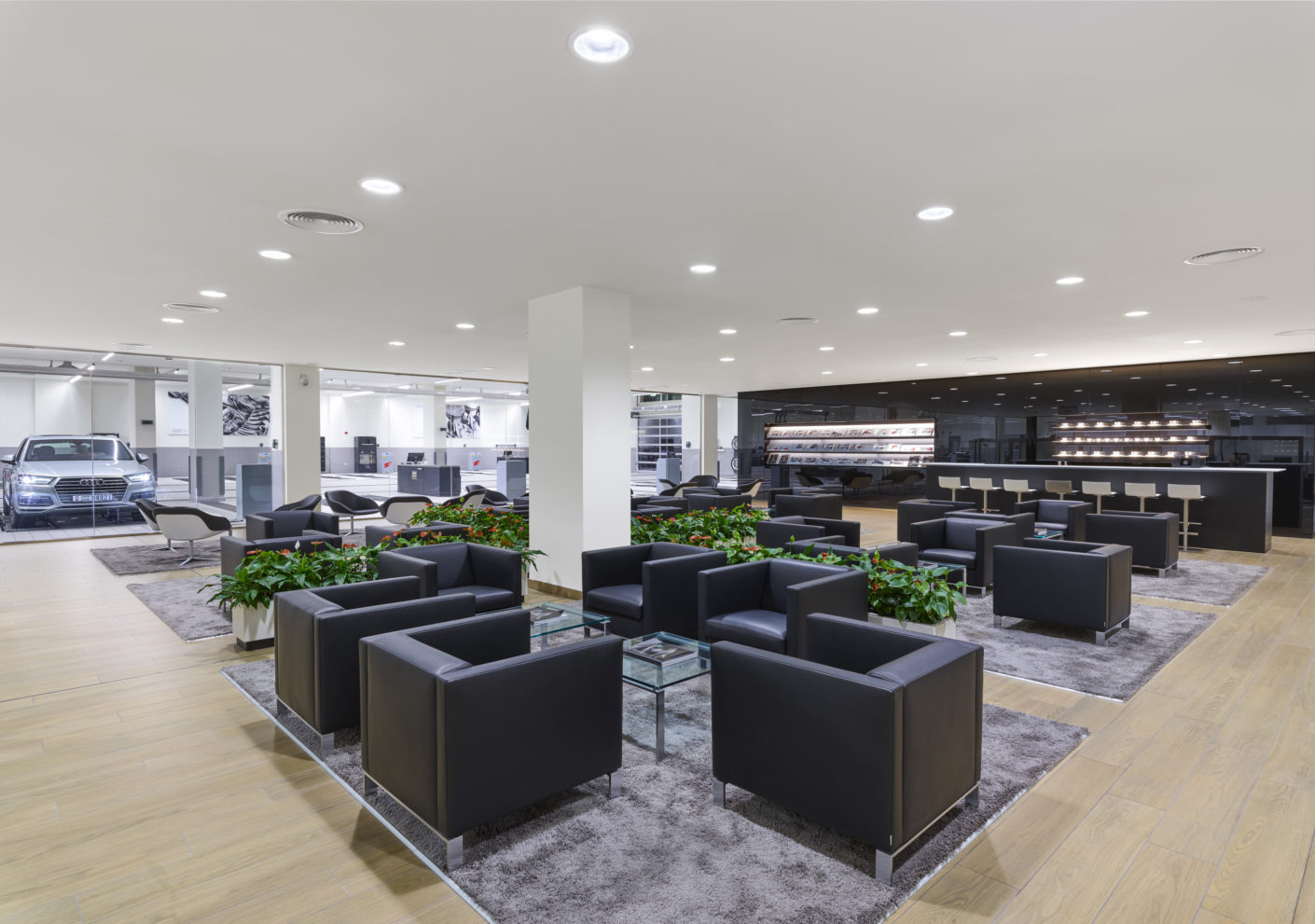 "The waiting area of ​​the Audi Service Center in Dubai is lit gently by the ""Panos Infinity"" downlights."