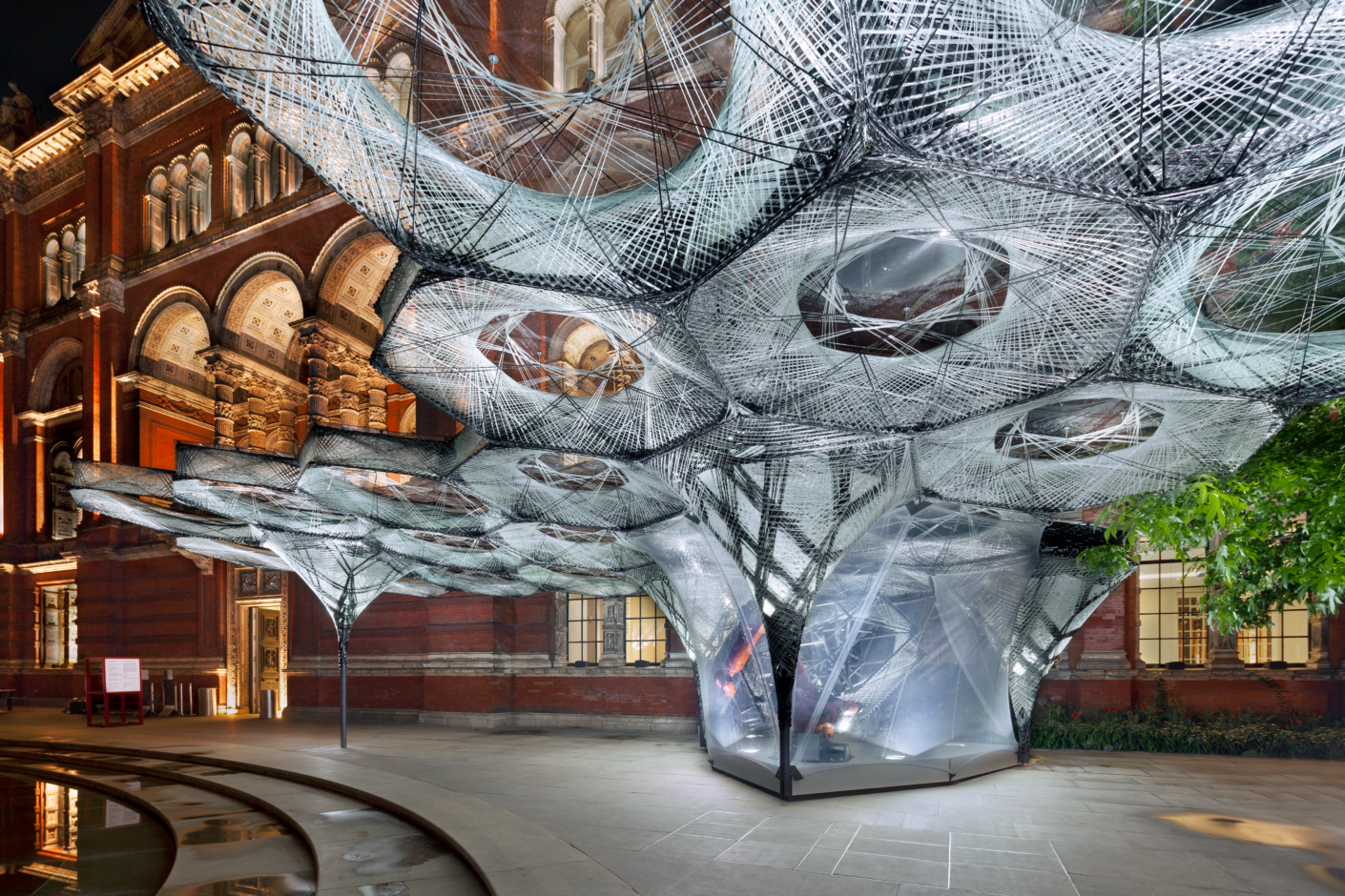 """""""Elytra Filament Pavillon"""" von Achim Menges im Hof des Londoner Victoria & Albert Museums"""