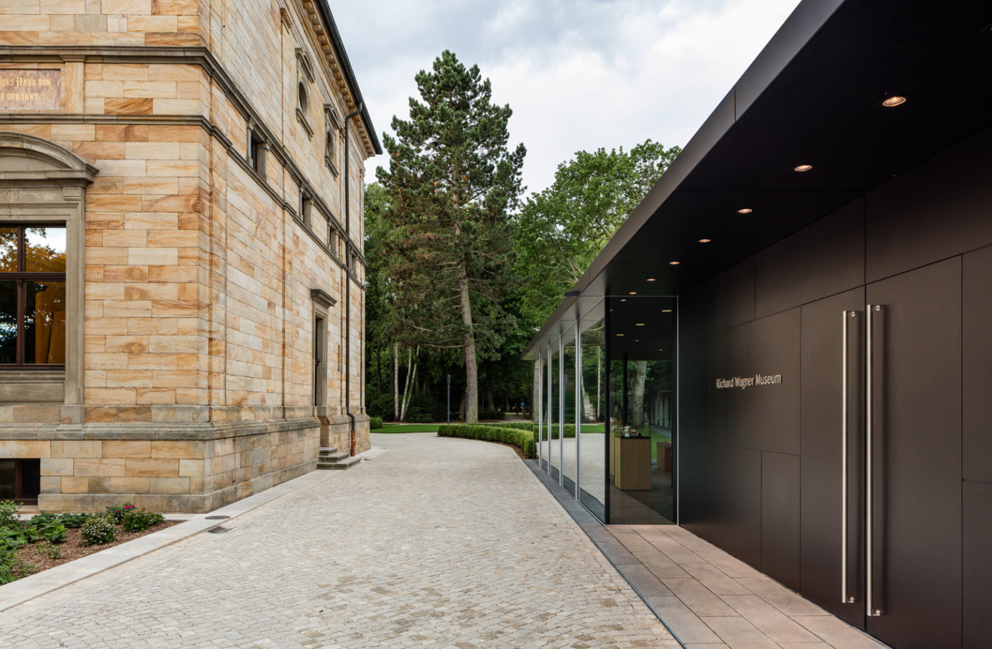 The single-storey extension made of glass and steel by Staab Architects extends along the length of the main building.