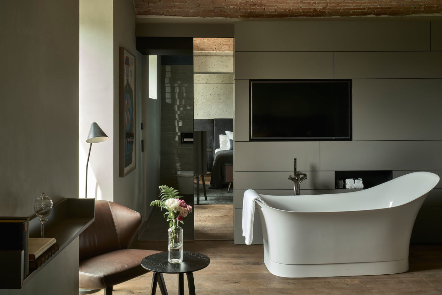 Optimal duo: The free-standing bathtub from the Axor-Urquiola collection and the floor-based bath tub mixer, Axor Citterio E.
