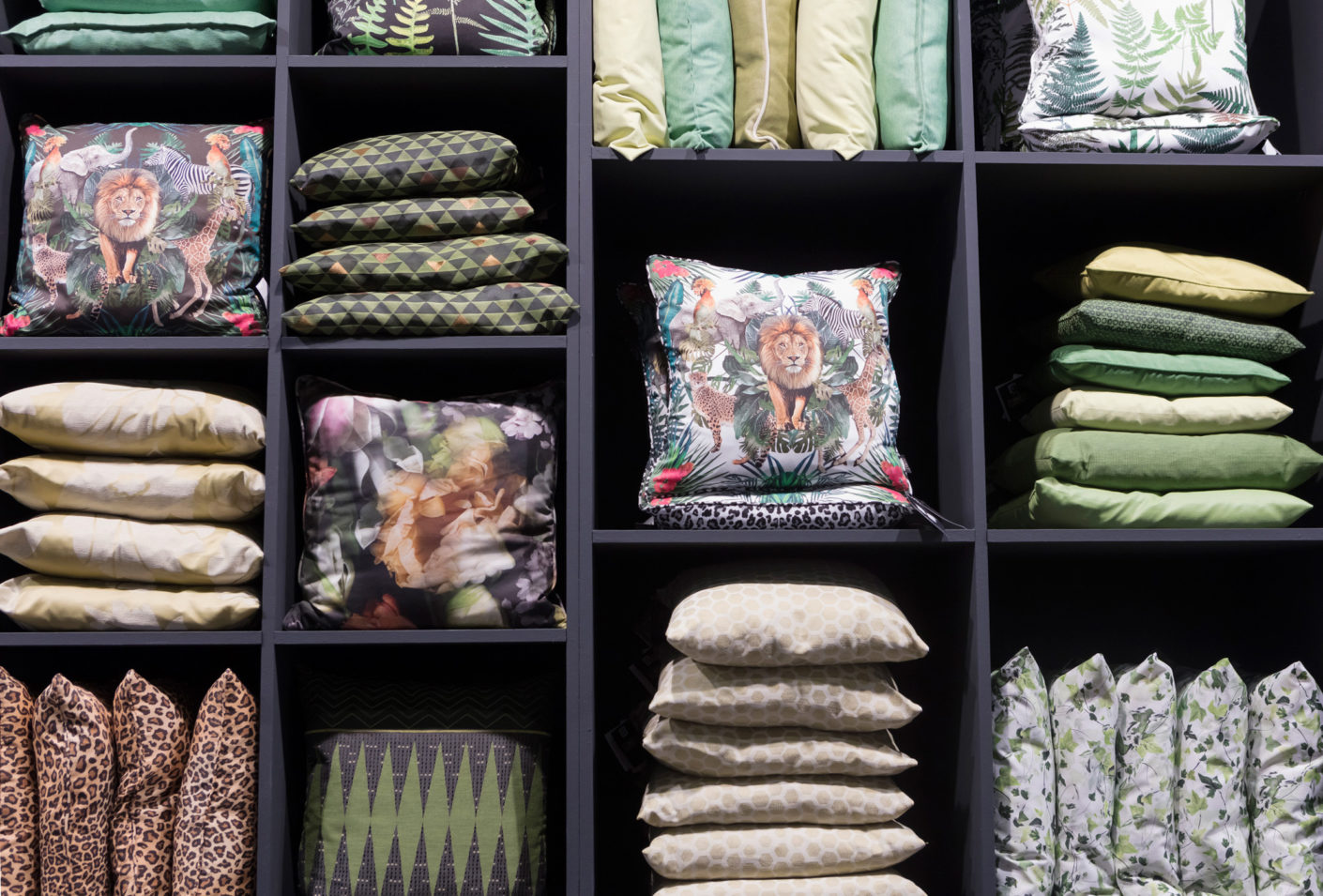 """The lion sleeps tonight""? Hardly: Textiles with jungle motifs are still a hot topic in 2017 – for example from Apelt."