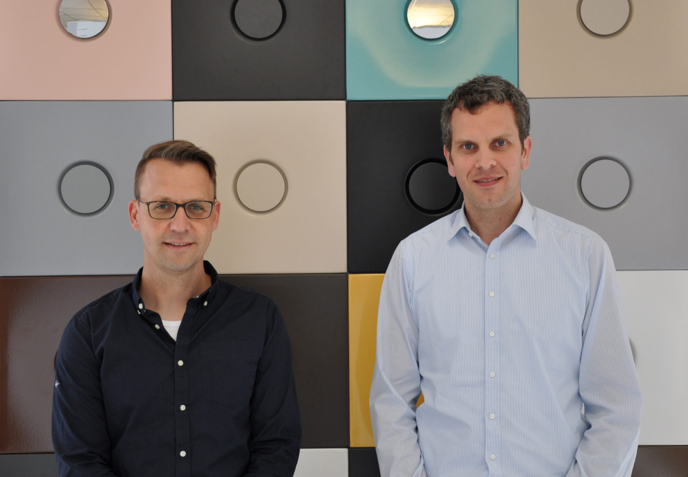 The bathroom is colorful: marketing manager Sven Rensinghoff and managing director Thilo Pahl from Bette in front of the color samples.