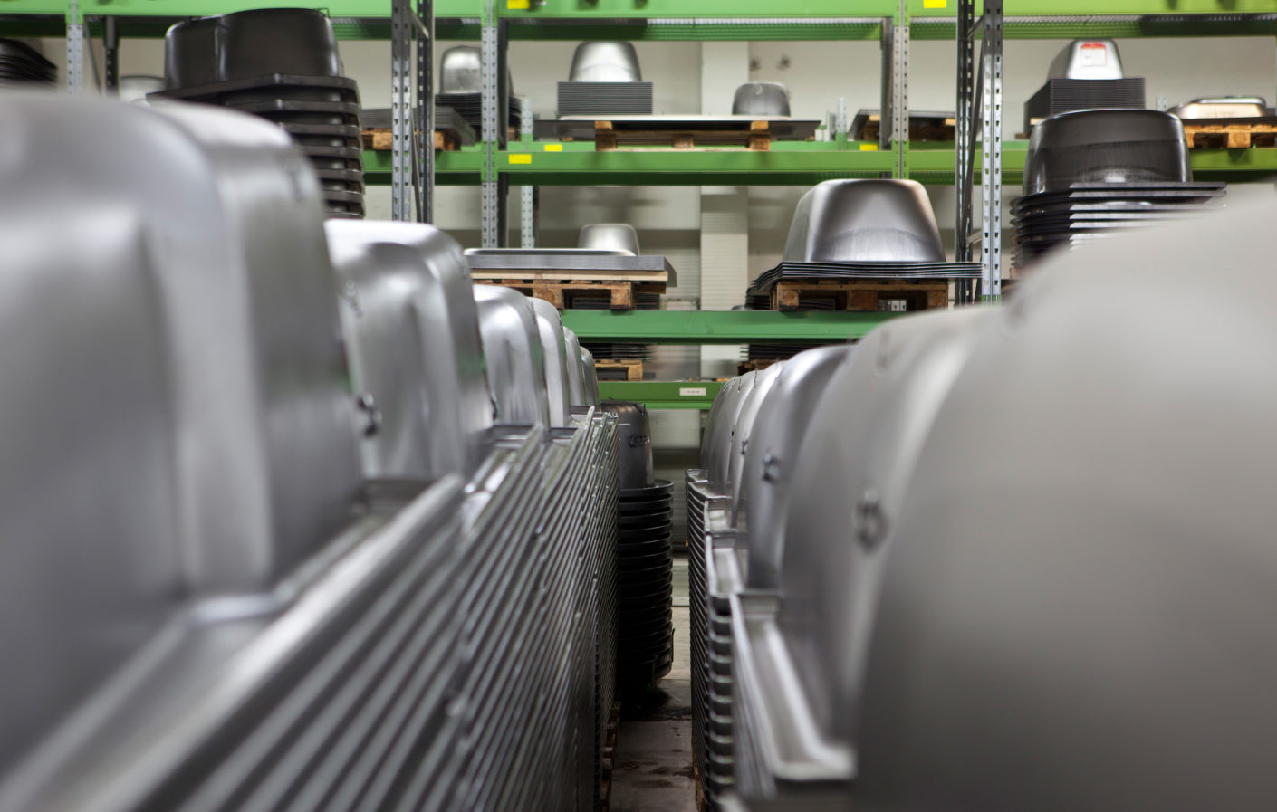 Humpback whales in the warehouse: The form of the bathtubs is pressed mechanically into a titanium steel plate.