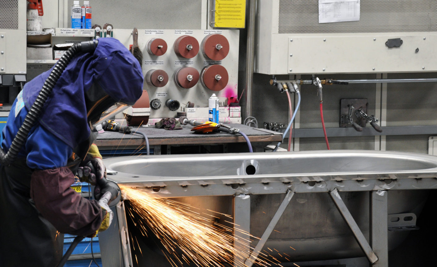 Fine grinding: The welding seam is finished by hand.