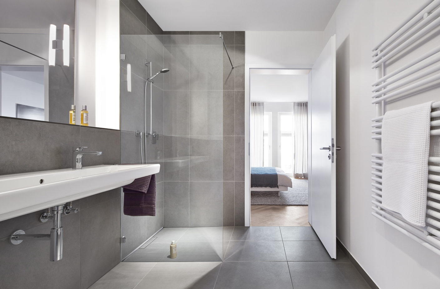 The shower channel CeraWall Individual from Dallmer was chosen for the bathrooms.