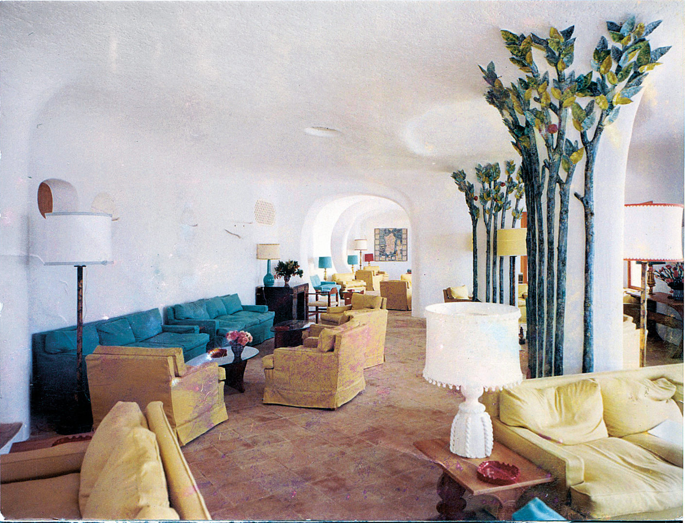 Lobby of Hotel Romazzino with ceramic decoration (photo from 1966)