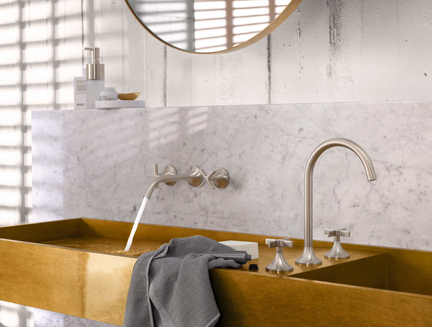 "A characteristic element of the series ""Vaia"" is the cross-grip, which was reinterpreted by Dornbracht and Sieger Design for the first time with the fitting ""Tara""."