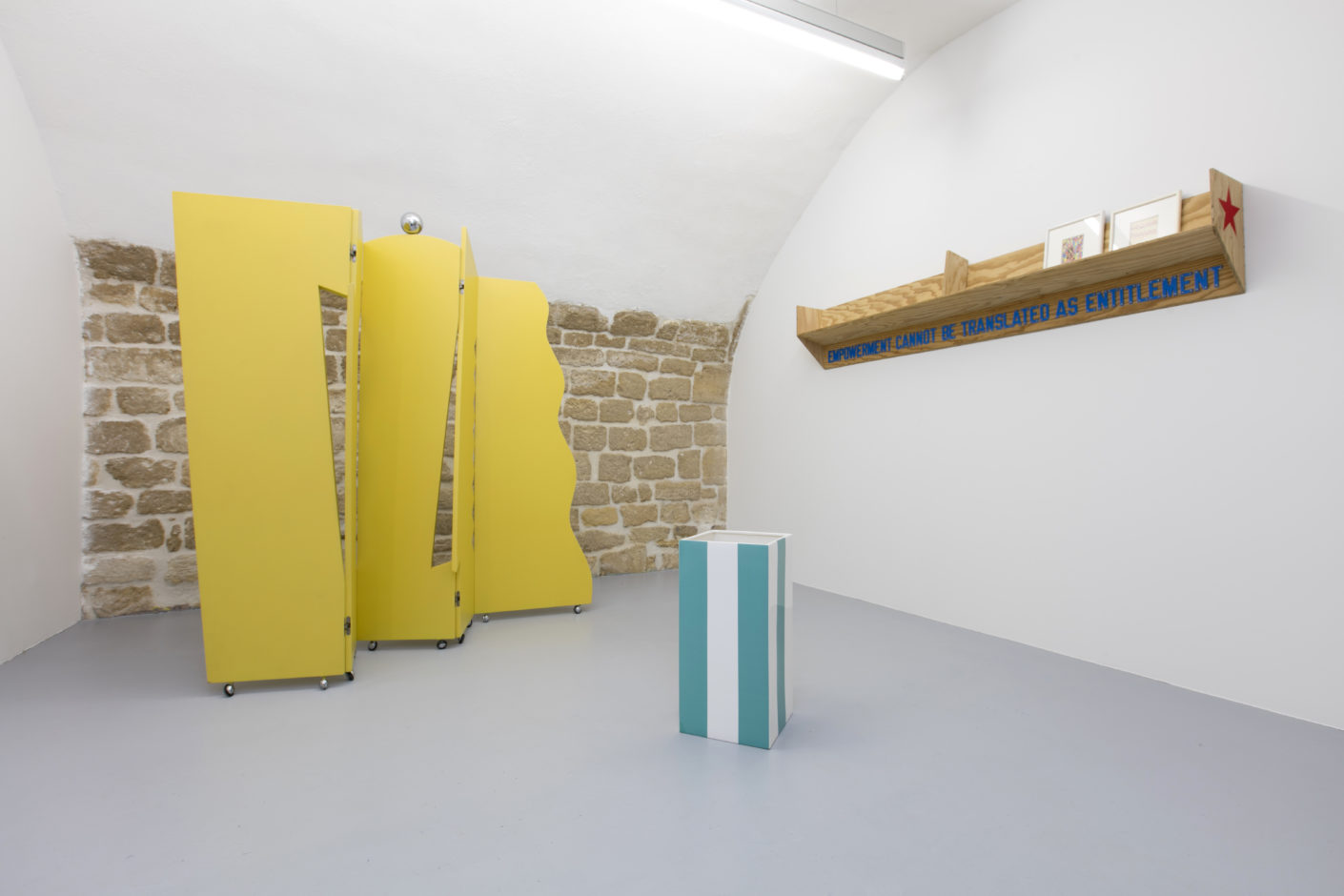 """Les cent vases"" von Daniel Buren, dahinter der Paravent ""Virgin"" von Dan Friedman, an der Wand Regal ""Empowerment can not be translated as entitlement"" von Lawrence Weiner"