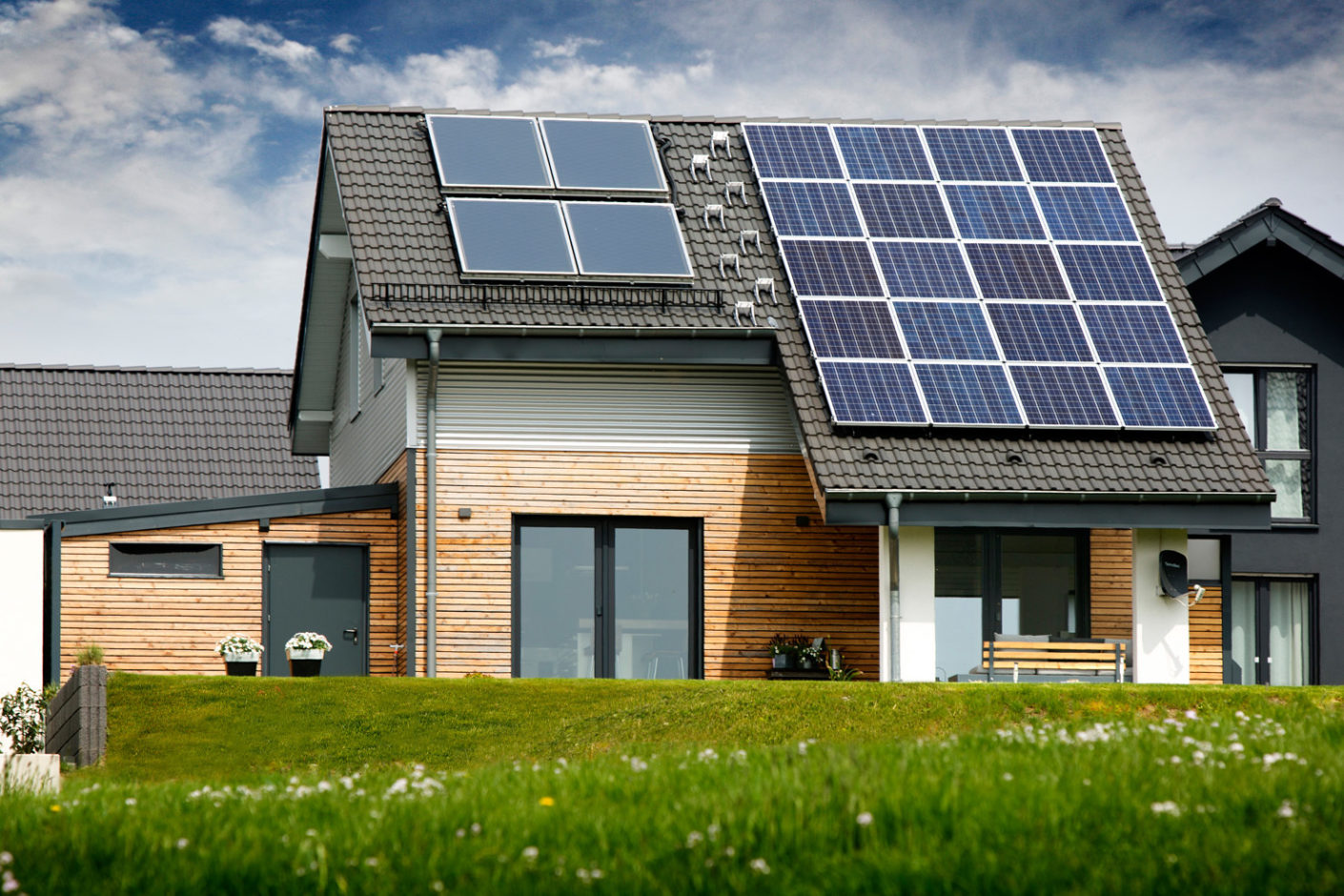 From solar thermal energy to the photovoltaic system to the heating and lighting technology, all the relevant components in the single-family house are connected to a cable-based Gira KNX system.