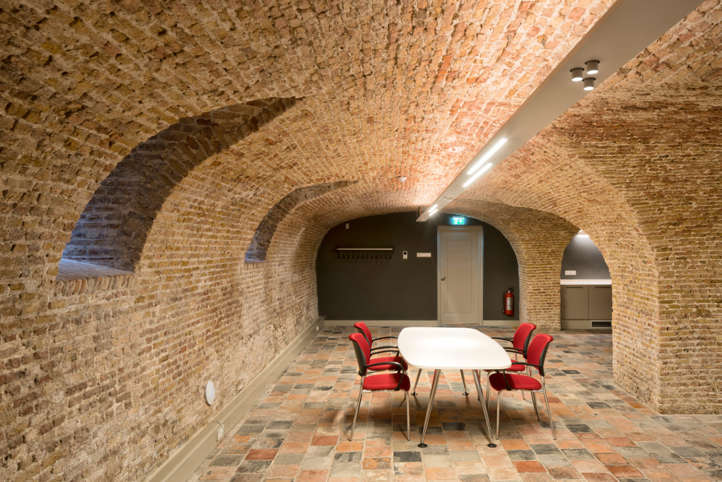 The original atmosphere of the 16th century building can be experienced in the cellar vault.