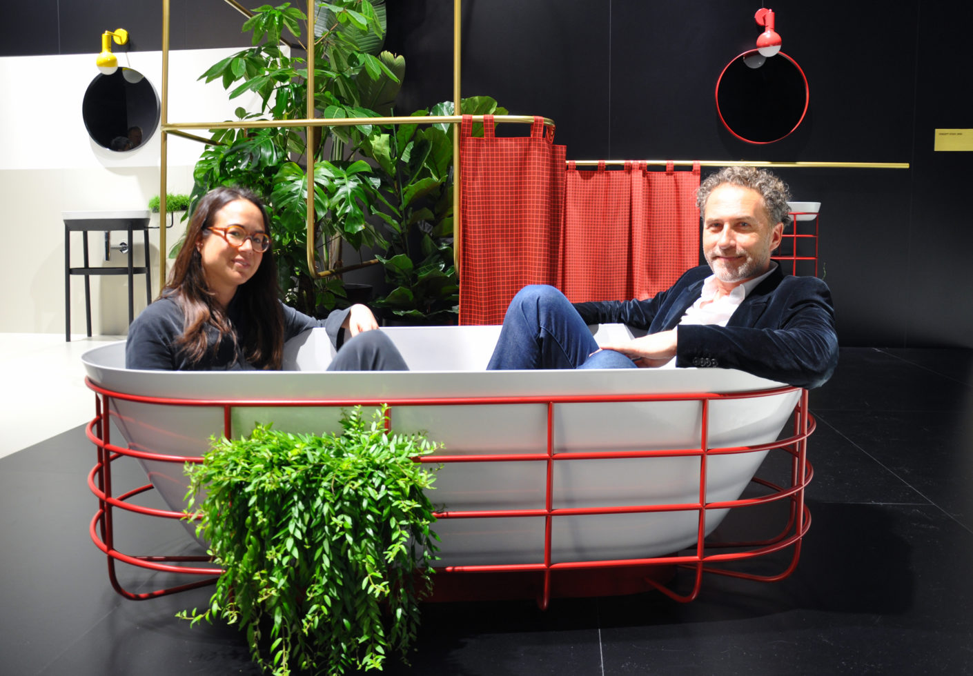 "Two-seater with designer duo: Tina Bunyaprasit and Werner Aisslinger take their place in the bathtub of their series ""Grid"" for Kaldewei."