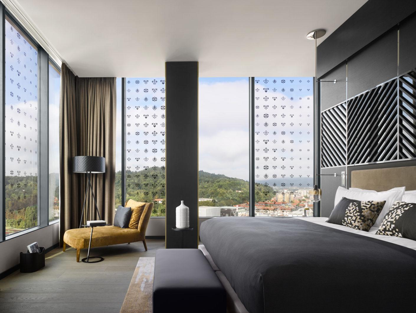 The spacious rooms of the 21-storey hotel offer a magnificent panorama thanks to floor-level windows.