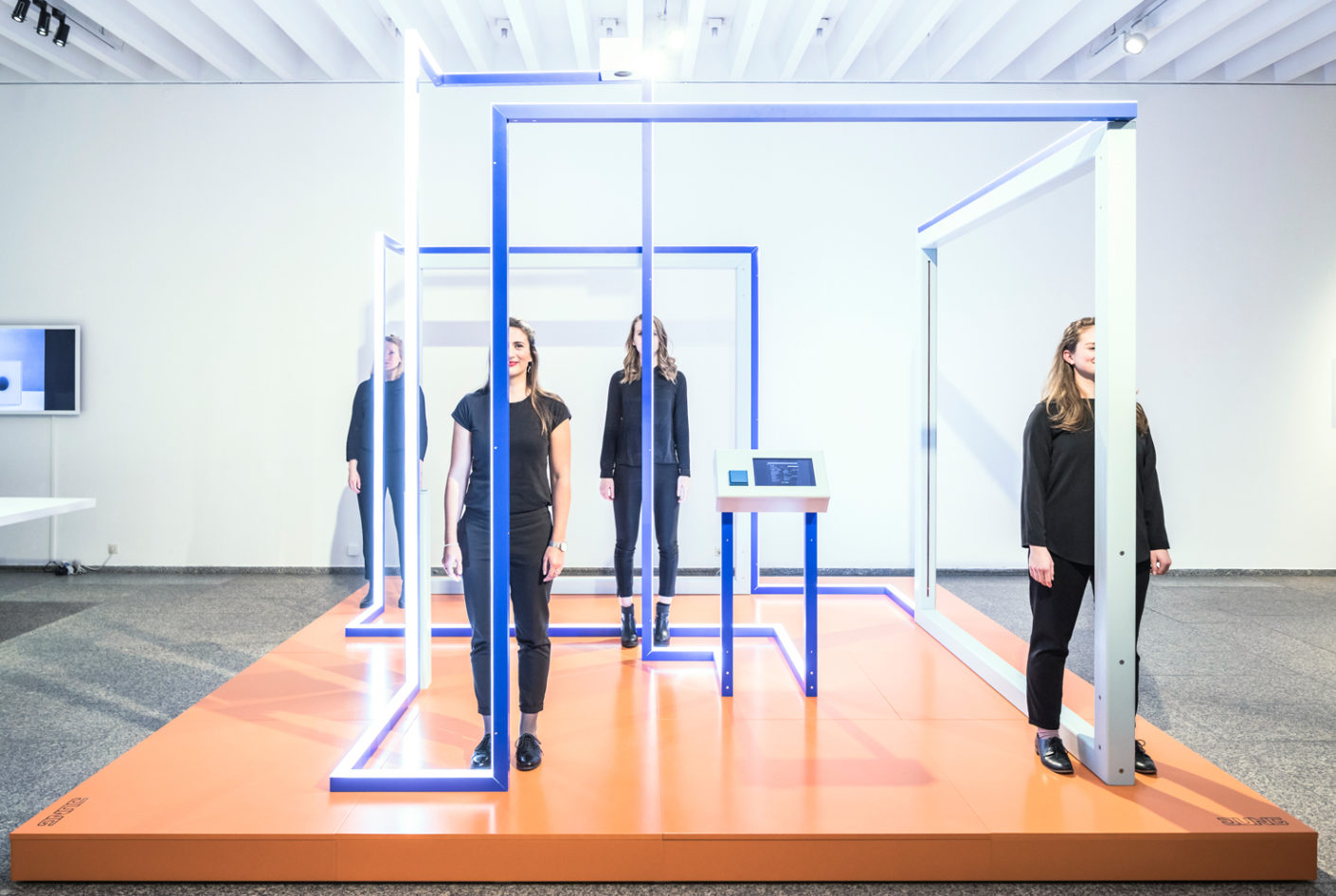 The installation was devised jointly by Jung and four Master's students at Detmolder Schule für Architektur und Innenarchitektur: Sarah Gmelin, Marielle Kanne, Mona Makebrandt and Marisa Spieker.