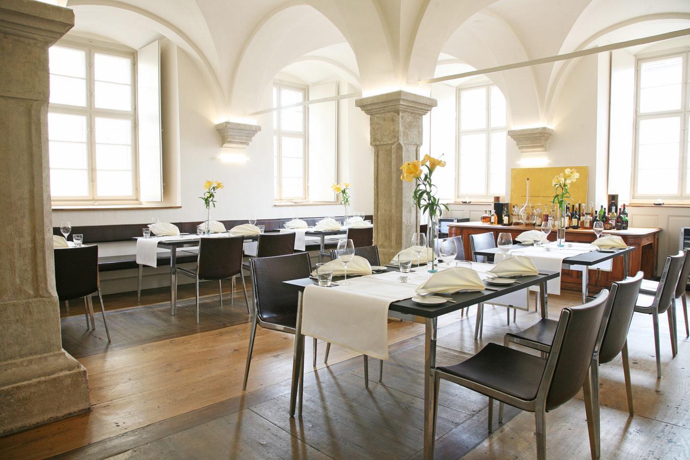 Für das Restaurant in der ehemaligen Fürstlich Fürstenbergischen Hofbibliothek in Donaueschingen wählte man Stühle und Tische von KFF.