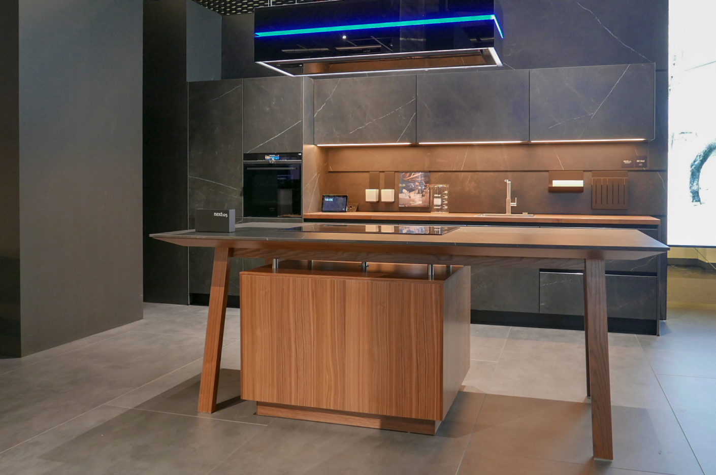 The cooking table is a characteristic design element in next125 kitchens. At Living Kitchen, the company presented it in combination with Smart Home applications.