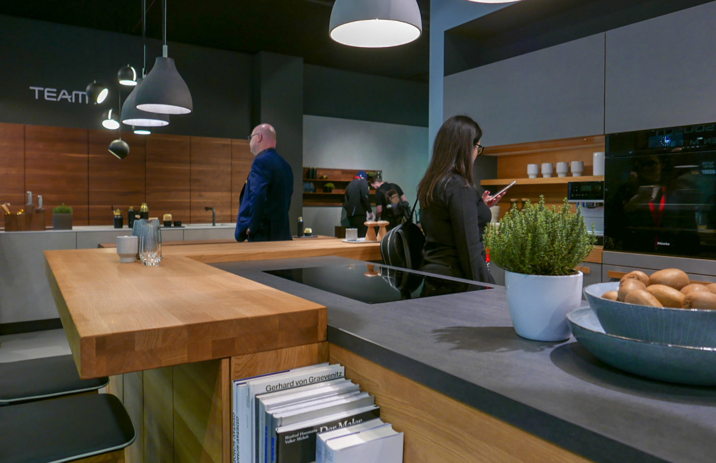 The solid three-layer panel, which Team 7 presented as a trade fair innovation at Living Kitchen 2019, can be used in many ways - here as a cantilevered kitchen counter, for example.