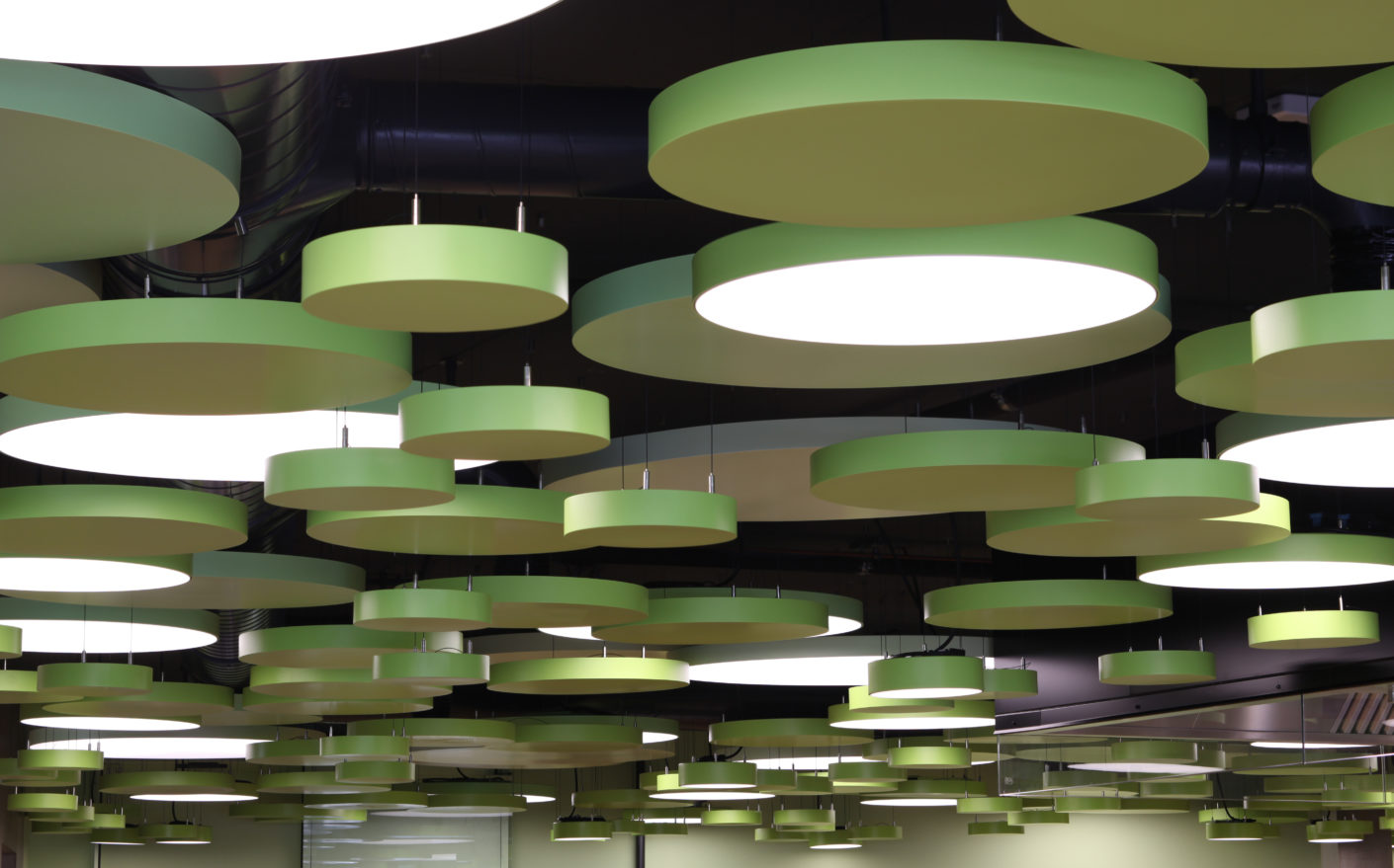 "Round ""Lumeo®-R"" pendant luminaires were suspended at different heights using metal ""Tomeo®-R"" elements."