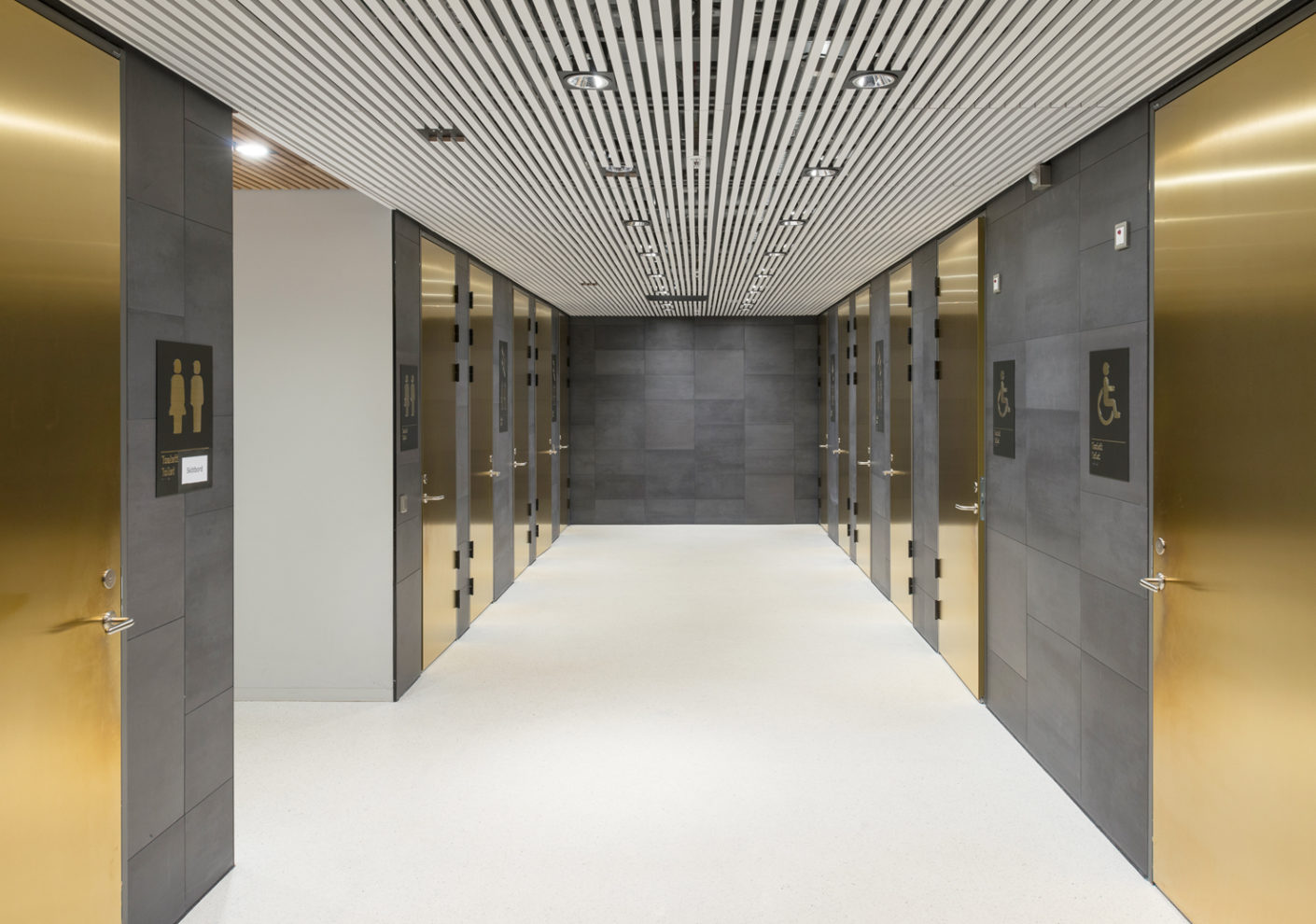 "The tiles ""Terra Tones 216 V"" by Mosa extend the structure of the façade onto the walls of the entrance areas which forms a contrast to the light-colored floors and ceilings."