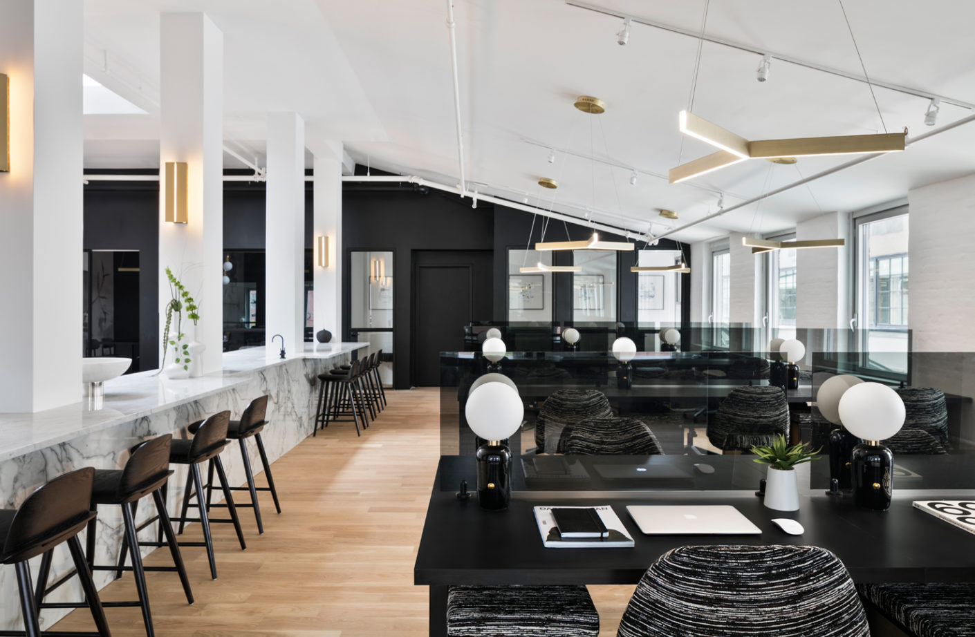 "Here, the interior is not left to chance: The ""New Work Project"" in Brooklyn offers the advantages of a corporate office in a co-working space."