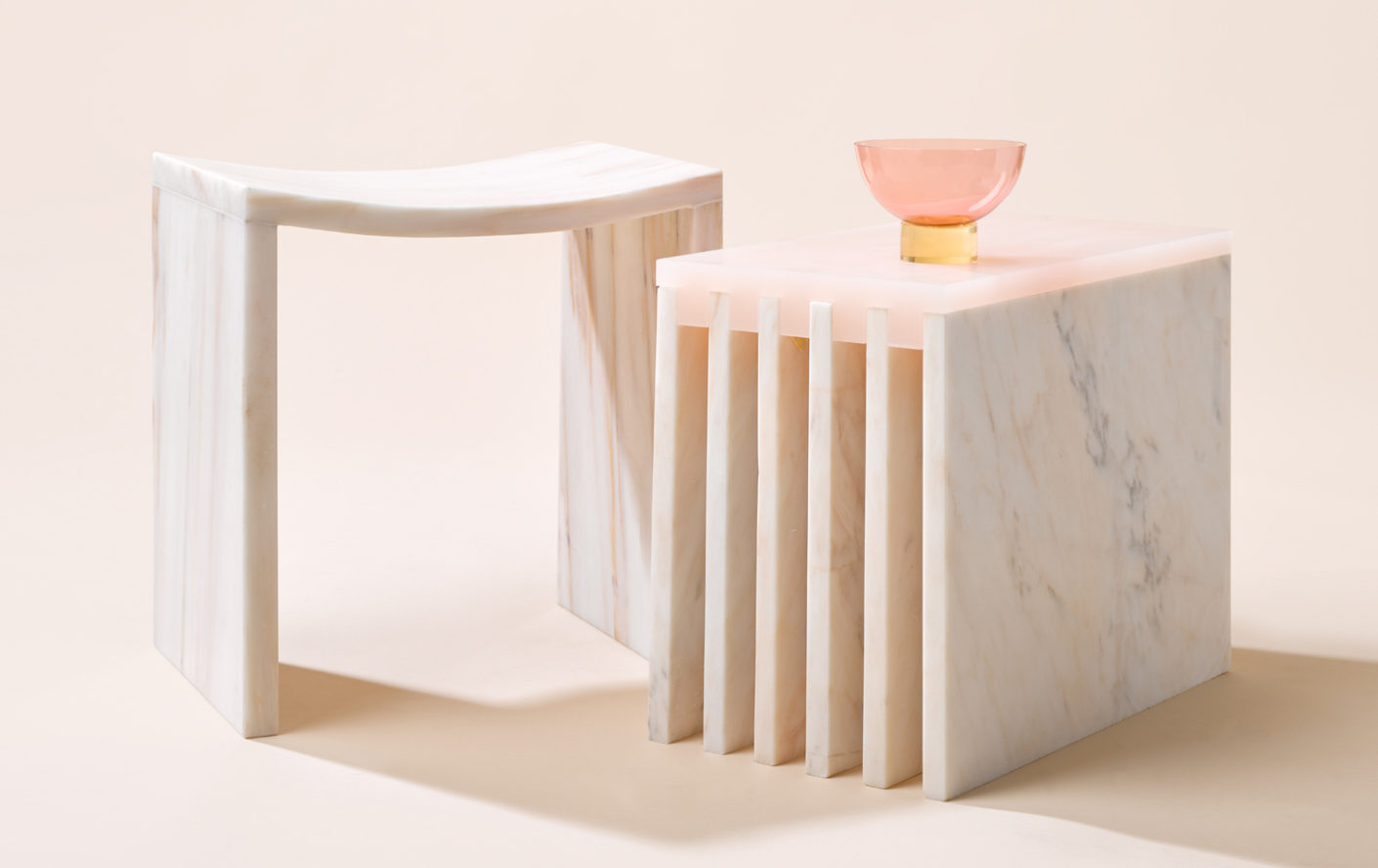 """Bent Stool"" und ""Side Table"" mit Detail aus der Serie ""Relativity of color"""