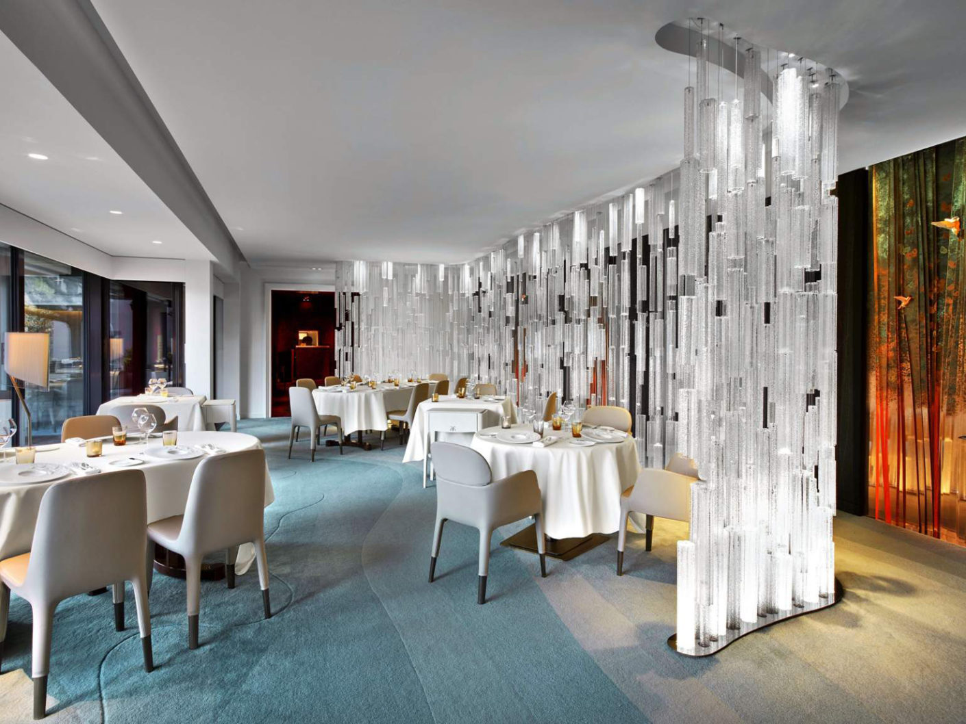 In an attempt to make guests enjoy the view both of the plate and the room, the architectural firm Jouin Manku has divided the restaurant into four areas and designed themed worlds.