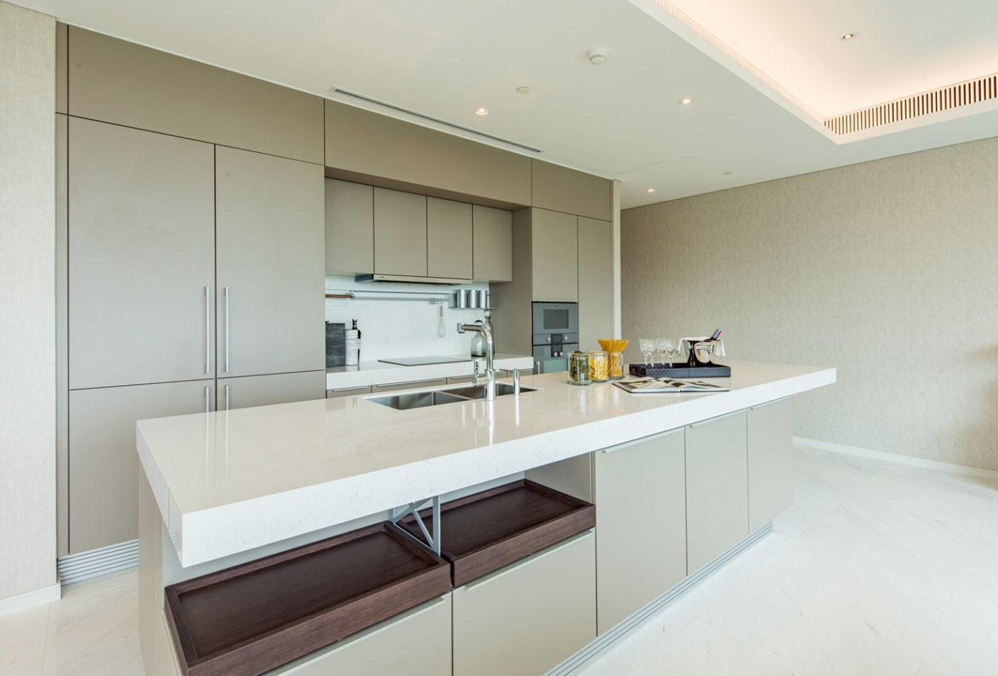 The project developers Siam Sindhorn Co Ltd. have selected sand-grey fronts for the cooking area in order to integrate it discreetly into the room concept.