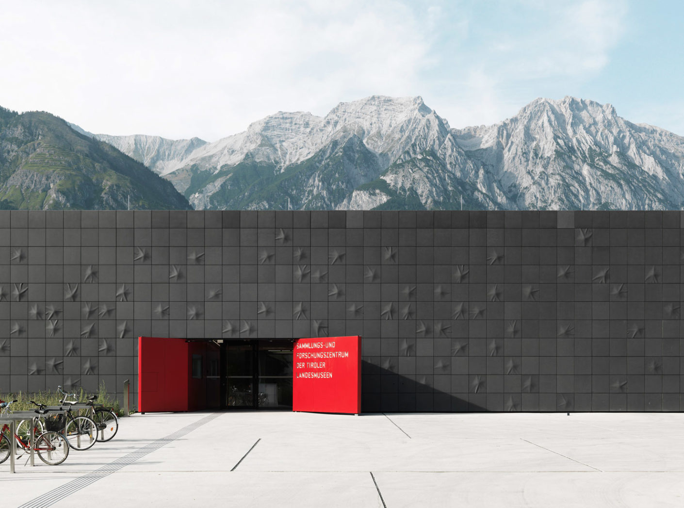 Closed without being repellent: Rieder's lightweight fiber-reinforced concrete elements form the outer skin of the building.
