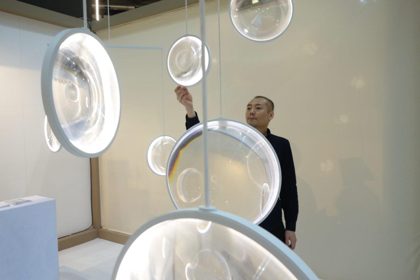 """Yuyi Okistu verzaubert mit seinem Leuchten-Mobilée """"Focus""""."""
